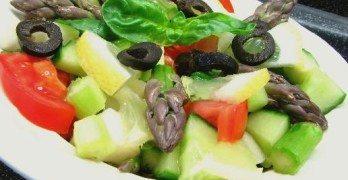 Mediterrán spárga saláta